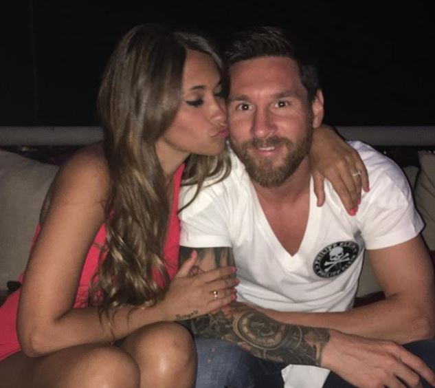 Antonella kissing her husband, Lionel Messi