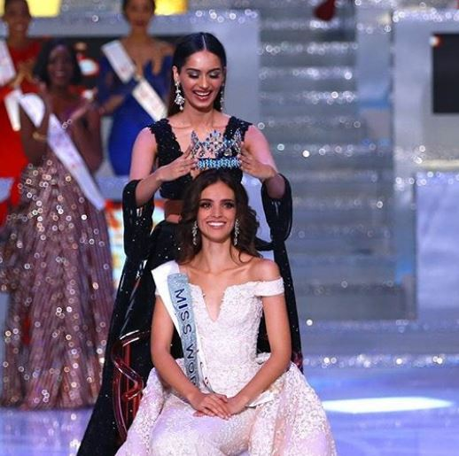 Manushi, passing Miss World crown to Vanessa Ponce